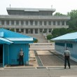 Stockfoto: South Korean Soldiers in DMZ watching border