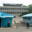 South Korean Soldiers in DMZ watching border — Stock Photo