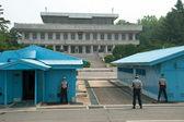Soldados de corea del sur en zona desmilitarizada viendo la frontera — Foto de Stock