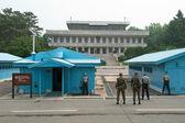 Soldados sul-coreanos na dmz assistindo a fronteira — Foto Stock