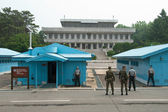 South Korean Soldiers in DMZ watching border — Foto Stock
