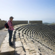 Tourists looks to the ruins of an amphitheater in Hierapolis in Turkey — Stock Photo