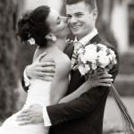 felice giovane coppia appena sposata — Foto Stock