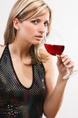Ung kvinna dricker rött vin — Stockfoto