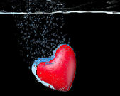 Heart dropped into water — 图库照片