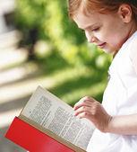 Liten flicka på läs bok — Stockfoto