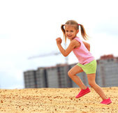 Little girl runs — Stock Photo