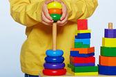 Jongen spelen met piramide — Stockfoto