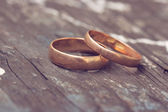 Two wedding rings are gold — 图库照片