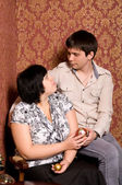 肖像夫妇在房间里与复古复古壁纸 — 图库照片