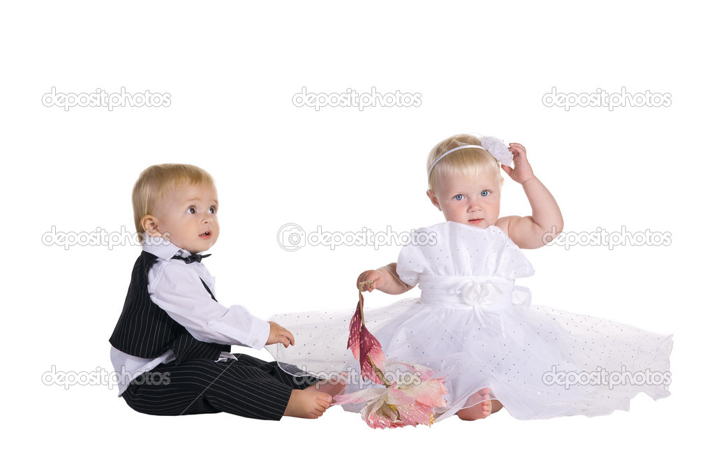 Jongen en meisje gekleed als een bruid en bruidegom stockfoto vitorta 12367933 - Twee meisjes en een jongen ...