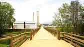 Puente de madera con las chimeneas al fondo — Foto de Stock