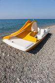 在海滩上的黄色双体船 — 图库照片