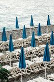 зонтики на побережье франции — Стоковое фото