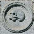 Skull carved in stone on a facade — Foto Stock