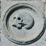 calavera tallada en piedra en una fachada — Foto de Stock