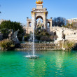 图库照片: Barcelonciudadelpark lake fountain and quadriga