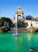 Barcelona ciudadela park lake fontein en quadriga — Stockfoto
