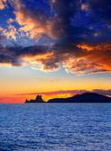Ibiza eiland zonsondergang met es vedra op achtergrond — Stockfoto
