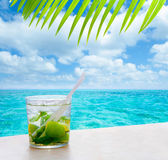 Beverage mojito drik in tropical turquoise tropical sea — Stock Photo