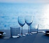 Skleněná miska šálky a sklenice na modré moře — Stock fotografie