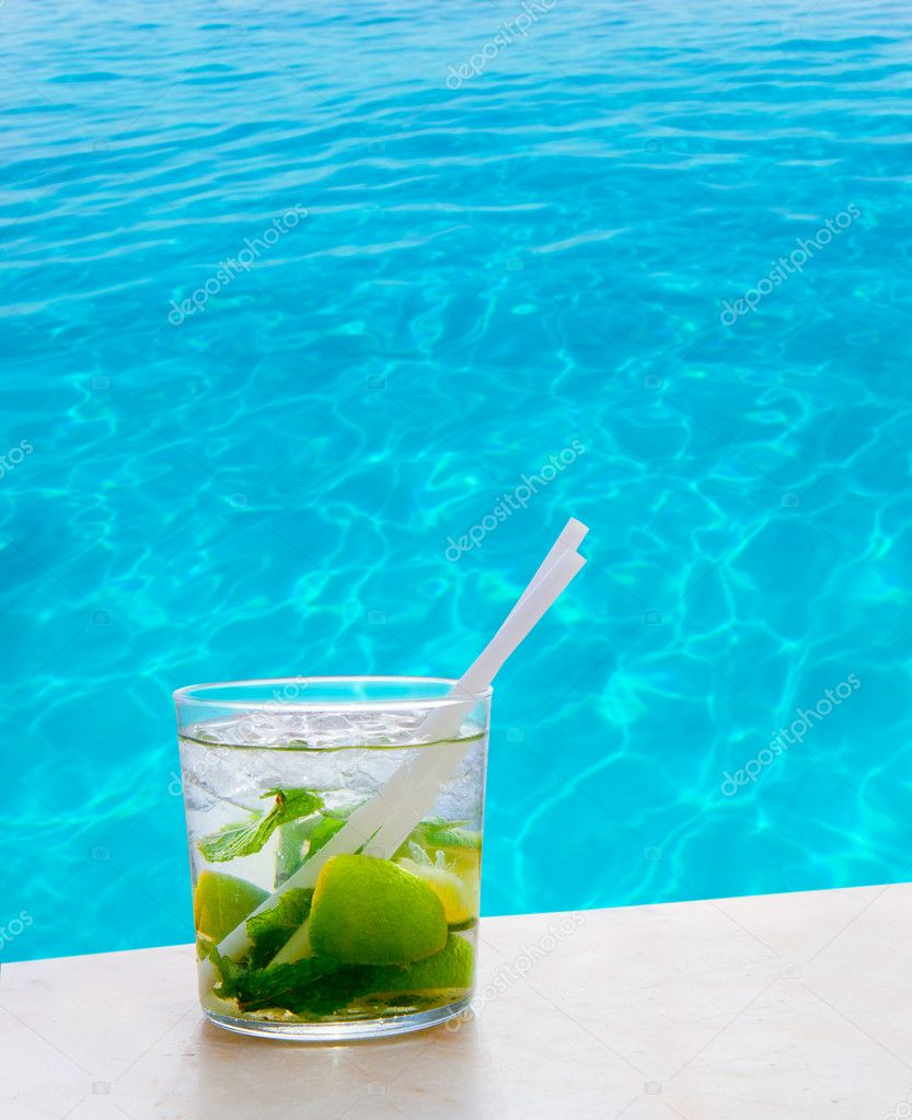 Mojito cocktail on a perfect tropical beach with turquoise water — Stock Photo #11351370