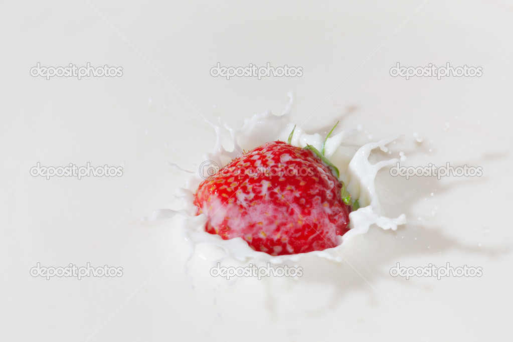 Fresh strawberry falling into the milk with a splash closeup — Stock Photo #11161041