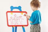 Niño dibujó una familia en pizarra — Foto de Stock