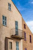 Mediterrane huis met blinden van het venster van blauw en paars — Stockfoto