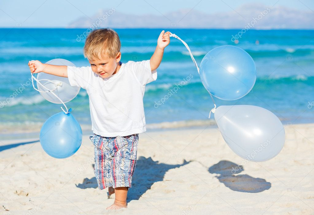 Cute little boy plays with ballons on the beach — Stock Photo #11230465
