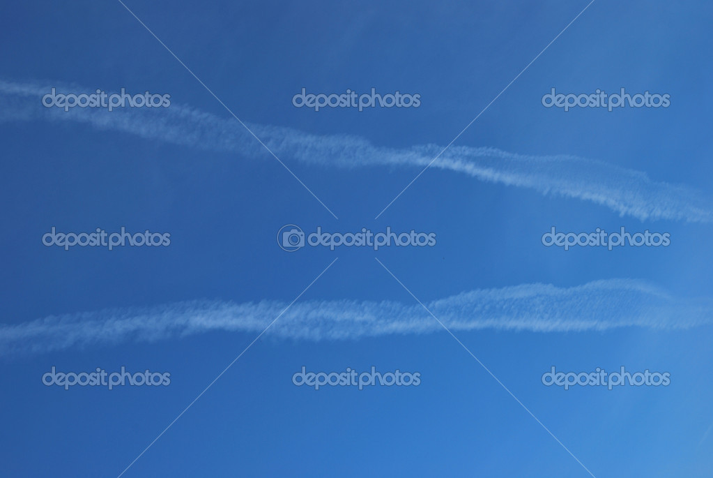 Jet contrail against a pristine blue sky — Stock Photo #10902534