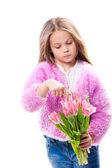 白で隔離されるピンクのチューリップの花束を持つ美しい少女 — ストック写真