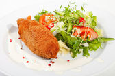Garlic chicken kiev with mixed leaf salad — Stock Photo