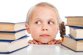 Flickan att välja böckerna om isolerade vit — Stockfoto