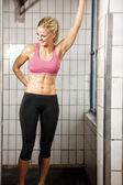 Mulher feliz fitness no ginásio — Foto Stock