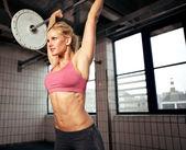 Kvinna lyftande vikt — Stockfoto