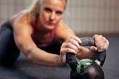 Mujer descansando durante entrenamiento kettlebell — Foto de Stock