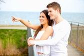 улыбаясь пара наслаждаясь на открытом воздухе — Стоковое фото