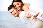 有吸引力的年轻夫妇,享受他们的暑假 — 图库照片