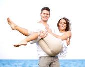Atraktivní pár pózuje na světlé pozadí — Stock fotografie