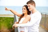 Szczęśliwa młoda para randki na zewnątrz — Zdjęcie stockowe