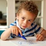 encantador menino ocupado de coloração em sua mesa — Foto Stock