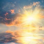Puesta de sol sobre el mar con la reflexión — Foto de Stock