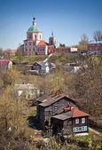 Kostelík na kopci a činžovní domy ve smolensku — Stock fotografie
