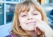 Retrato de una niña rubia — Foto de Stock