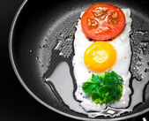 Original breakfast theme. Fried egg with tomato and greens in shape of Traffic Light in a frying pan — Stock Photo