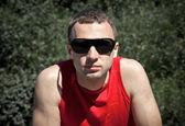 Ritratto di giovane in neri occhiali da sole — Foto Stock
