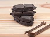 Тормозные колодки на верстаке Уоден с инструментами — Стоковое фото