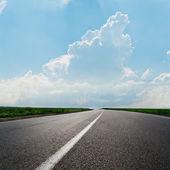 Route asphaltée à horizon sous le ciel nuageux — Photo