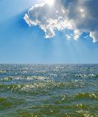 облачное небо над морем с зеленым тоном — Стоковое фото